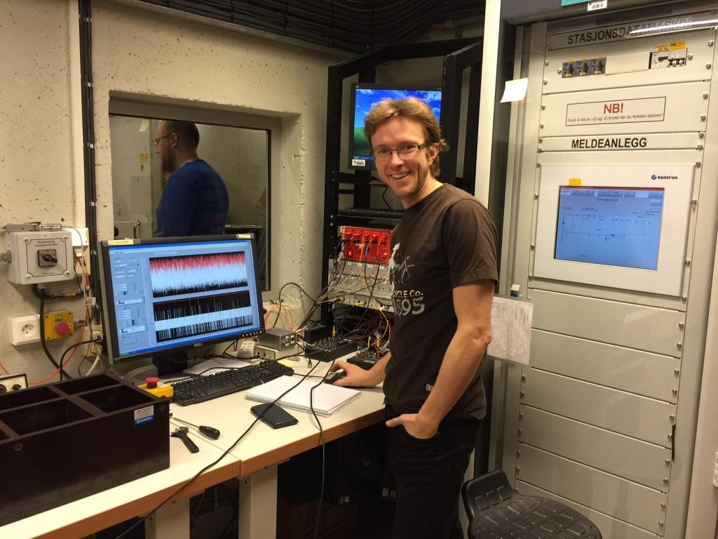 """Erik Johnsson jobber med et forsøk der han skal lage en effektiv bryter som slukker """"lysbuer"""" med lufttrykk. http://no.wikipedia.org/wiki/Lysbue"""