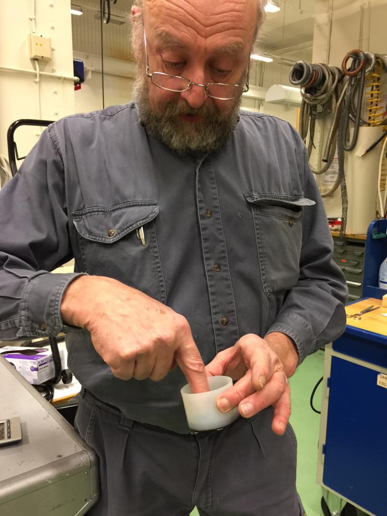 """Fuktighet i isolasjon til høyspenningskabler kan føre til at kabelen ryker. Av den grunn har man utviklet såkalte """"koppobjekter"""" som Horst viser fram på bildet. Denne ble utviklet for å teste motstandsdyktigheten av isolasjonsmaterialer mot fuktighet."""