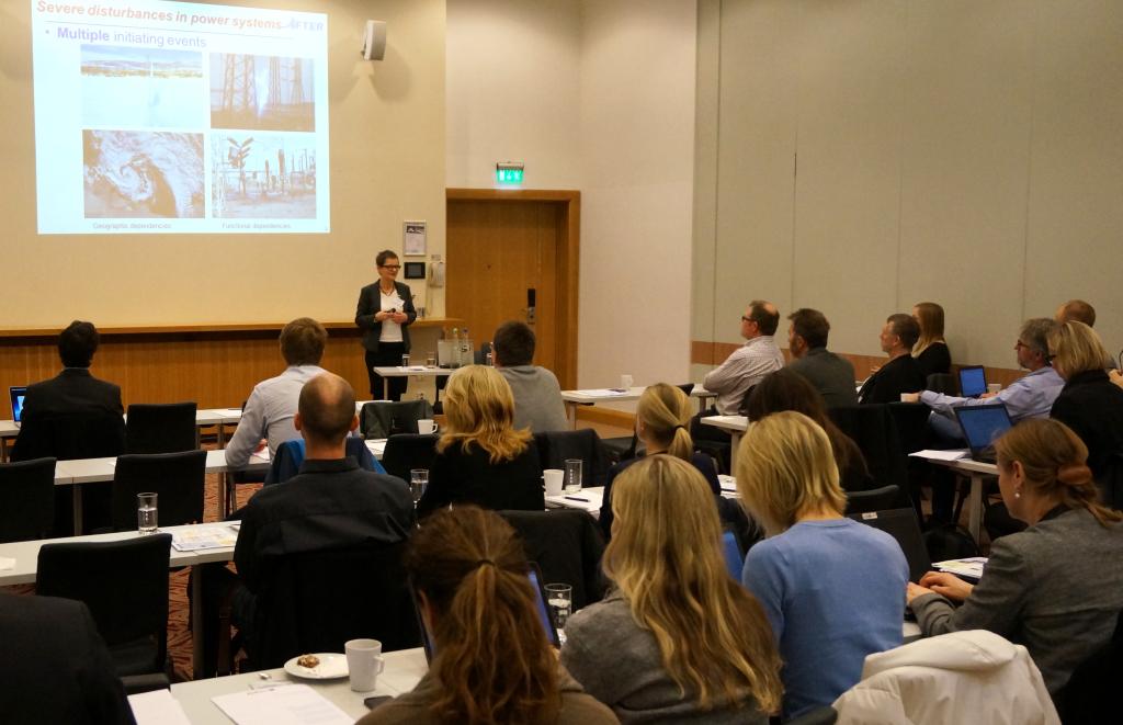Gerd Kjølle, SINTEF Energi, innleder seminaret med å presentere metodikk for risikohåndtering i det kombinerte kraft- og IKT-systemet utviklet i EU-prosjektet AFTER (foto: Jørn Foros)