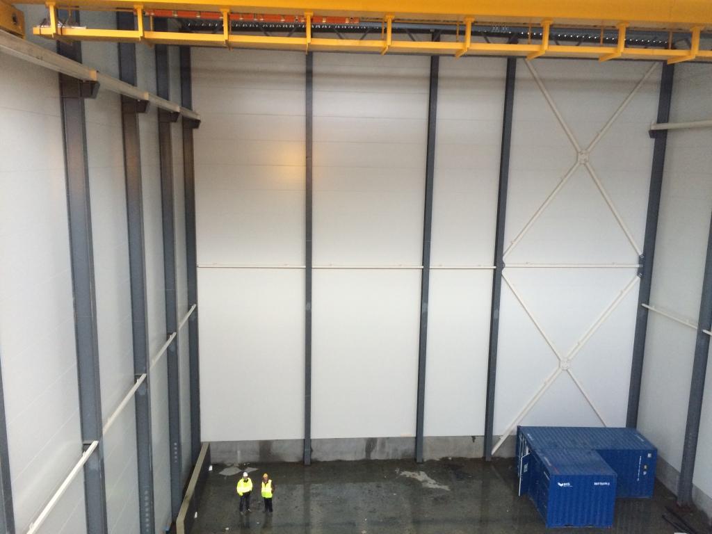 Høyspenthallen - her er det store dimensjoner. Personene på gulvet er ikke innleide barnehagebarn, men to av arbeiderne = voksne. Foto: Rolf Hegerberg