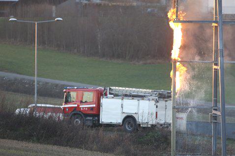 Brann i en av tre 132 kV kabler i en høyspenningsmast. Foto: Geir Eriksen