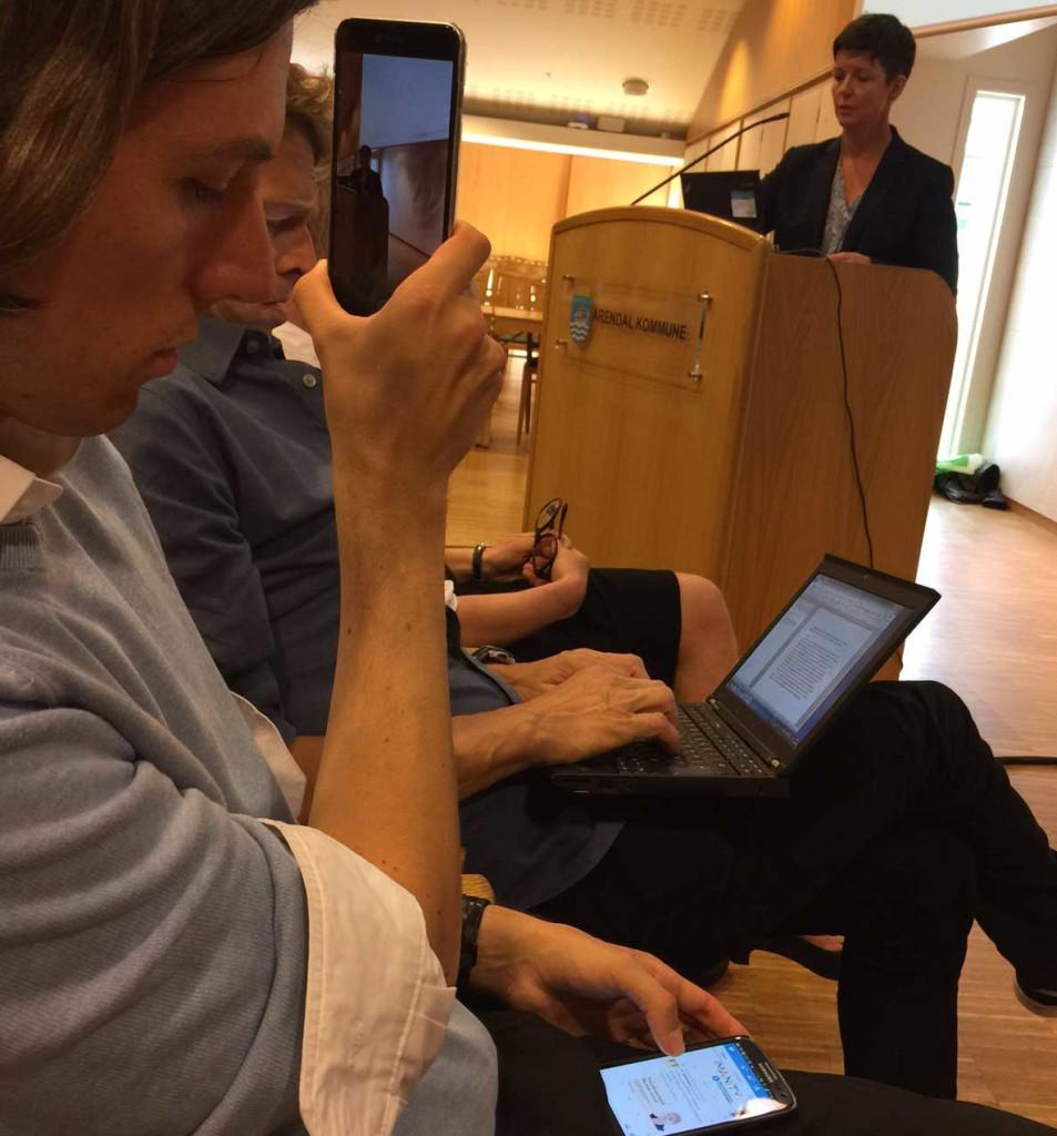Seminaret ble delt i sosiale medier og live på nett. Her illustrert ved Kristoffer Robin Haug. I bakgrunn, Stine Aakre fra CICERO som fortalte om hva klimaforhandlerne må vite om kortlevde klimadrivere.