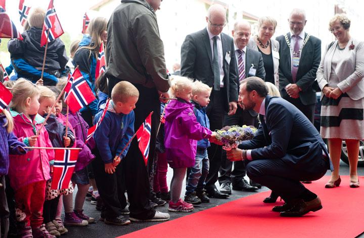 Lottah og Niklas fra Utleira barnehage overrakte blomster til Kronprinsparet.