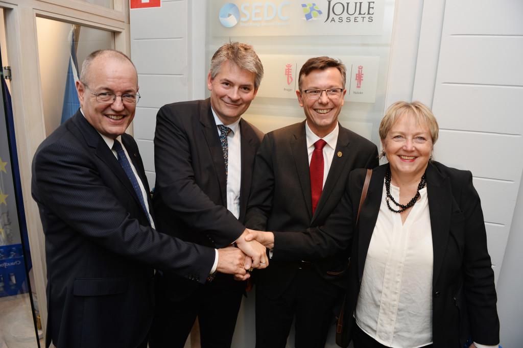 NTNU, UiB og SINTEF åpner kontor i Brussel. Hensikten med kontoret er å få innpass i EUs store forskningsprogrammer. Nærmere 300 deltagere til stede under åpningen av kontorene i Rue du Trone 61 med. Fra venstre NTNU-rektor Gunnar Bovim, statssekretær Bjørn Haugstad, UiB-rektor Dag Rune Olsen og SINTEF-direktør Unni Steinsmo.