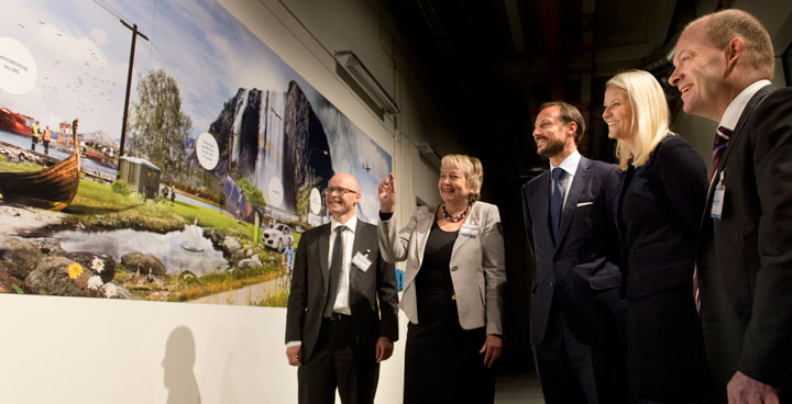 Dag-Eirik Nordgård, Unni Steinsmo and Inge Gran presented the picture wall «Energy kingdom» for the the Crown Prince and Princess. Photo: SINTEF/Melhuus