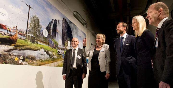 "Unni Steinsmo presenterer bildeveggen ""Energikongeriket""."