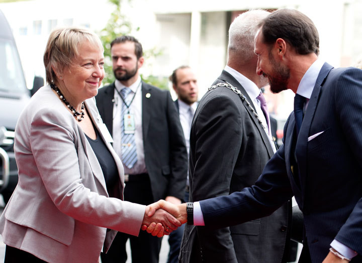 President Unni Steinsmo welcomes Crown Prince Haakon Magnus to SINTEF Energy Lab.