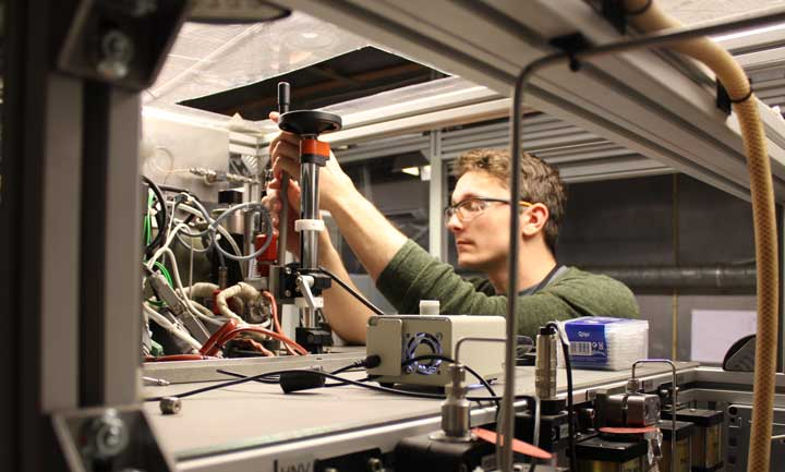 Snorre Foss Westman makes adjustments on a test rig for measuring phase equilibria (photo: Sigurd W. Løvseth ) .