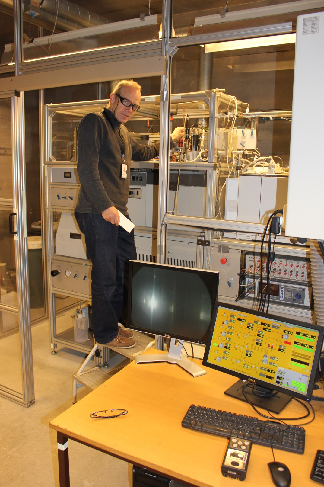 Scientist of SINTEF Energy Research operating the CO2Mix phase equilibrium facility