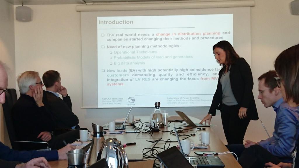 Forsker Susanna Mocci (University of Cagliari) holdt innlegg om planleggingsmetodikk i smarte nett. Foto: Dag Eirik Nordgård (SINTEF Energi).