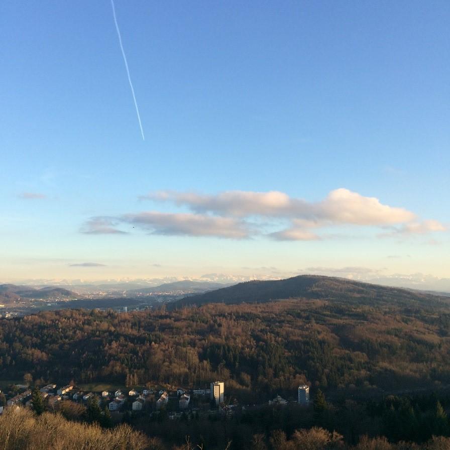 Fra toppen av Baden kan man ane Alpene i Sør