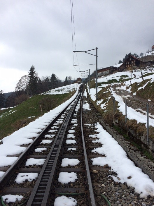 Sveitserne leker ikke med tog. Her går toget helt til toppen av Mr. Rigi i Alpene.