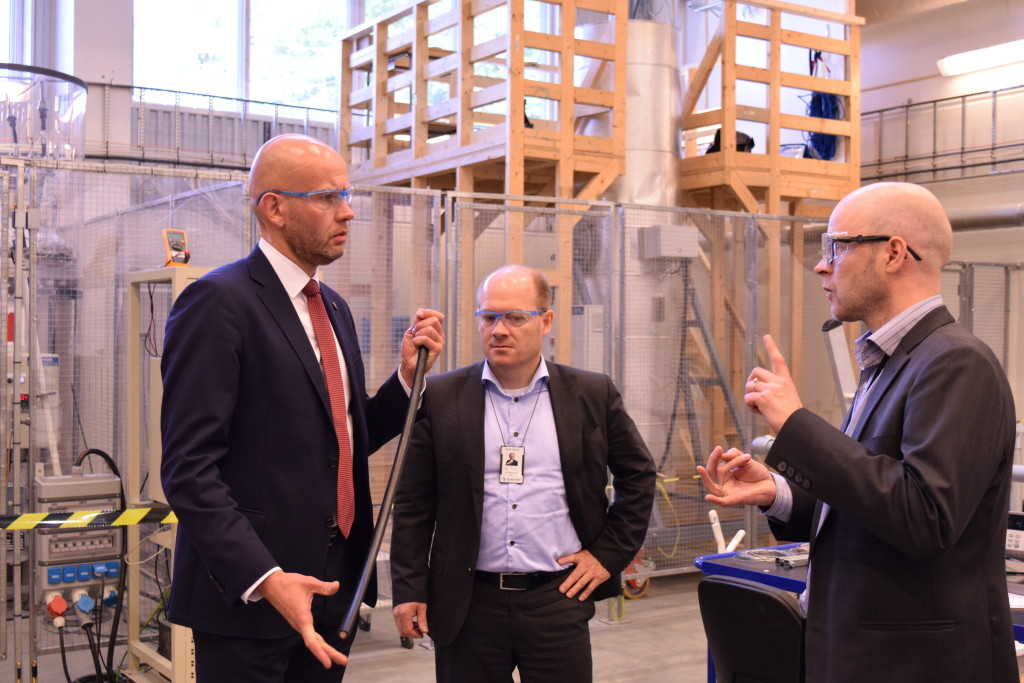 Forskningssjef Dag Eirik Nordgård forteller om forskningen på Subsea lab, her med ministeren og adm. dir. Inge Gran.