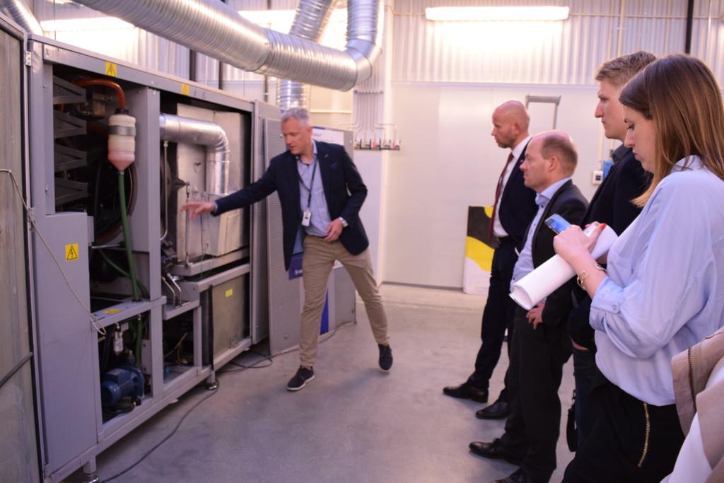 Forskningssjef Petter Røkke viser en muliggjøring av CCS offshore for Tord Lien. (Foto: SINTEF/Astrid Lundquist)