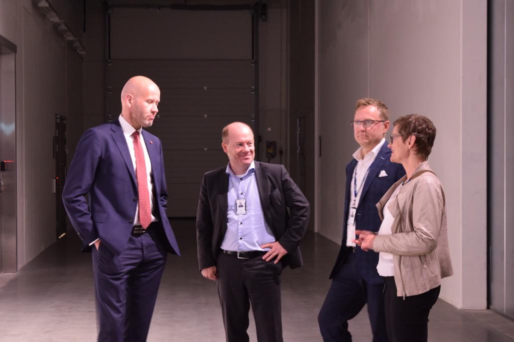 Gerd Kjølle skal lede FME Cineldi og fortalte om hvorfor smartgrid er viktig for å få integrert nye energiløsninger som vind og sol. Til høyre for Gerd Kjølle er forskningssjef Knut Samdal. (Foto: SINTEF/Astrid Lunquist)