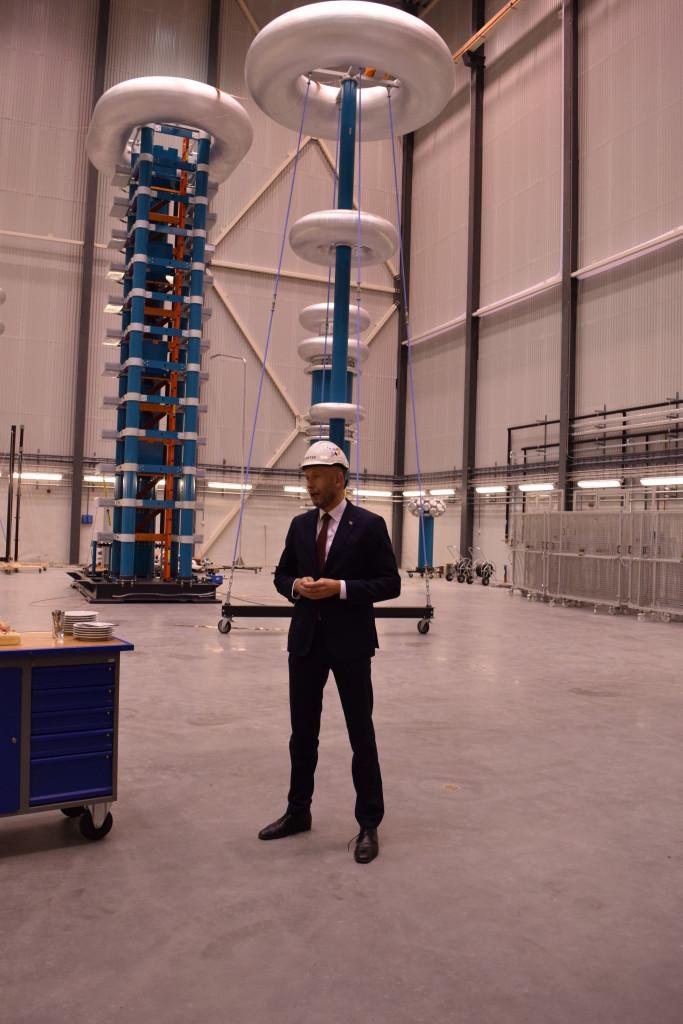 Ministeren i Høyspenningshallen i SINTEF Energy Lab. (Foto: SINTEF/Astrid Lunquist)
