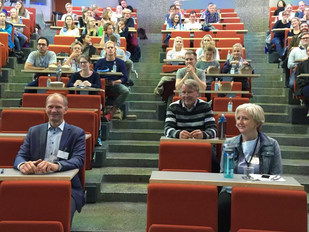 Foredragsholdere med topp humør og nye flasker. Tande til venstre, Svendsen i midten og Risholt til høyre.