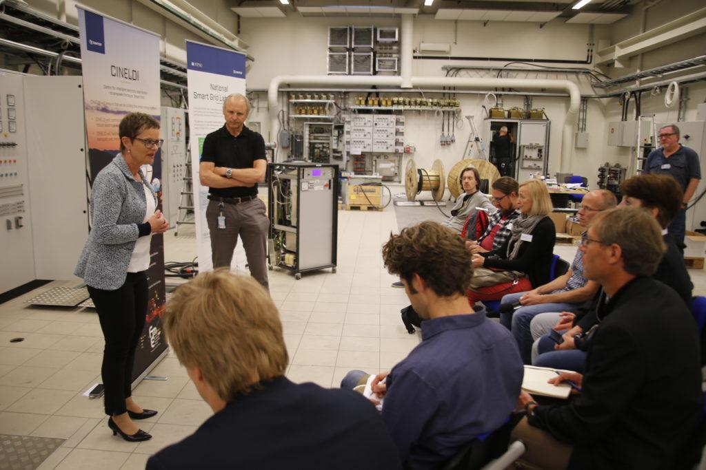 Gerd Kjølle og Kjell Sand i Smart Grid laboratoriet i forbindelse med et besøk av europeiske journalister i juni 2016. Fotograf: Gry Karin Stimo/SINTEF