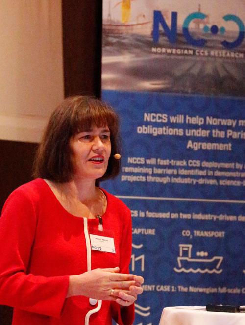 Mona Mølnvik presenting