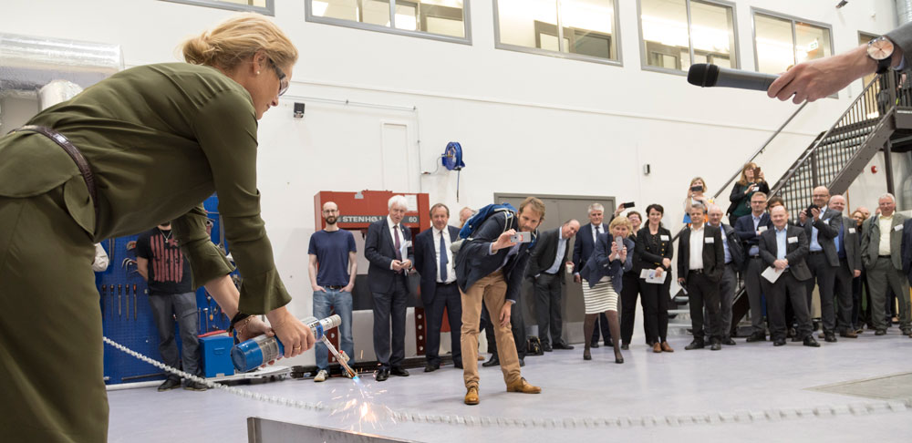 Ingvil Smines Tybring-Gjedde, State Secretary in the Ministry of Petroleum and Energy opened the laboratory by burning off a chain as a part of the formal opening.