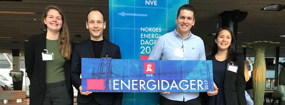 Obligatorisk gruppebilde av EnergiTraineene. Til vestre ser vi EnergiTrainee for 2017, Synne Garnås og Lars Eirik Eilifsen. Til høyre ser vi Energitrainee for 2016, Magnus Askeland og Lovinda Ødegården.