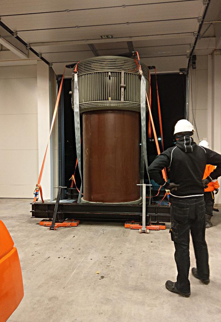 Det er litt motbakke inn til kaldtlageret, men takka vere den nye dieseltrucken gikk det greitt å taue transformatoren inn i kaldlageret.