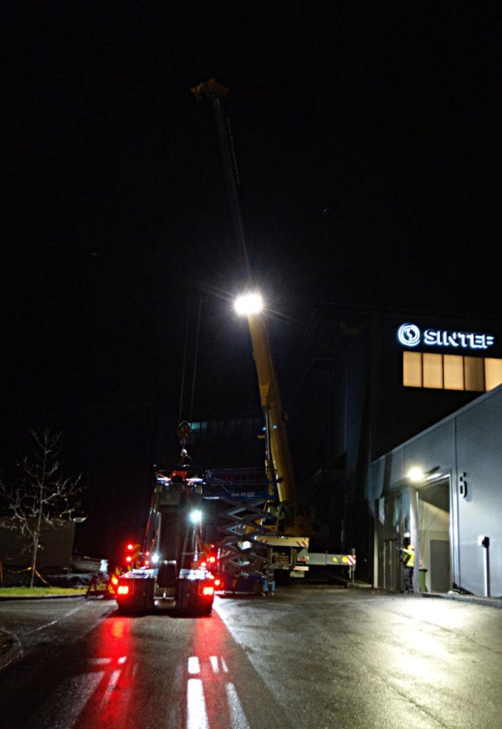 Klokka har passert 23 og både kranbil og lastebil med transformatoren er på plass utanfor kaldtlageret til SINTEF Energy Lab