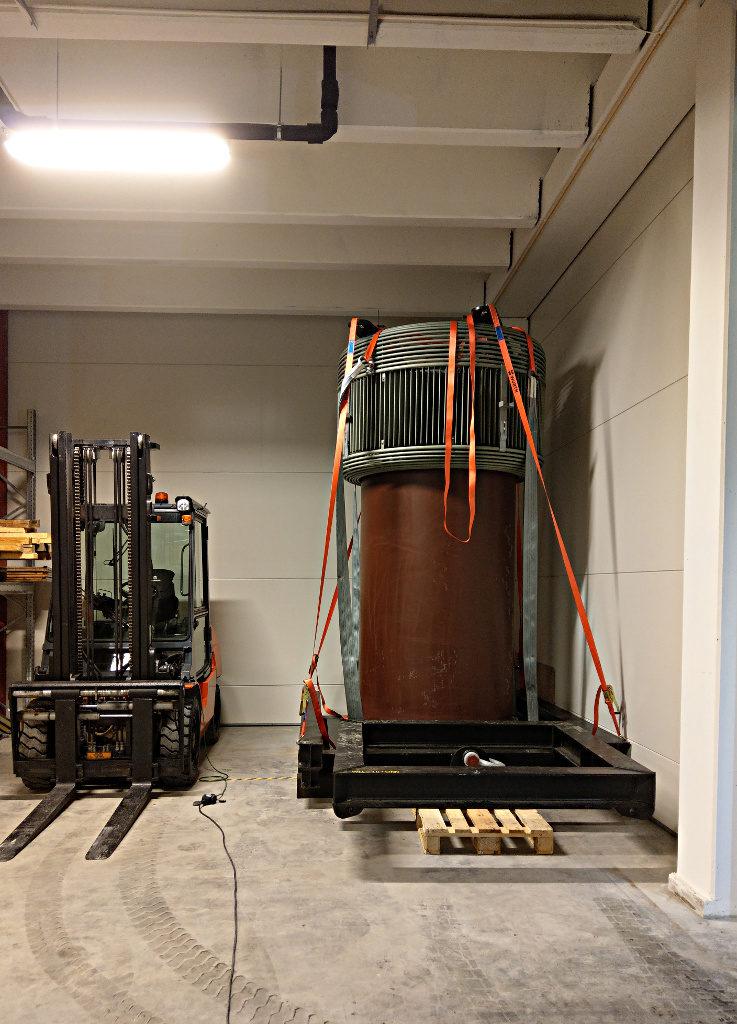 Ca kl 0100 var transformatoren endeleg parket i hjørnet på kaldtlageret, i påvente av at behovet skal melde seg og vi kan flytte den inn i høgspenningshallen.