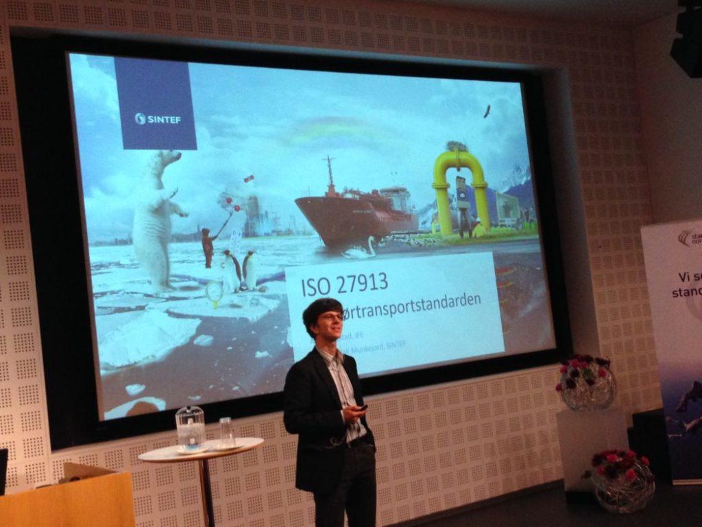 Svend Tollak Munkejord presenterer CO2-rørtransportstandarden.
