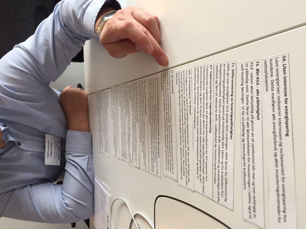 Ivrig gruppedeltaker som sorterer miniscenarier som underlag for historiefortellingen fra i dag og fram til år 2040