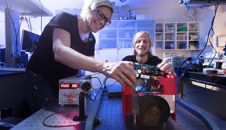Researchers Trine Kirkhus and Jostein Thorstensen assembling the I3DS projector.